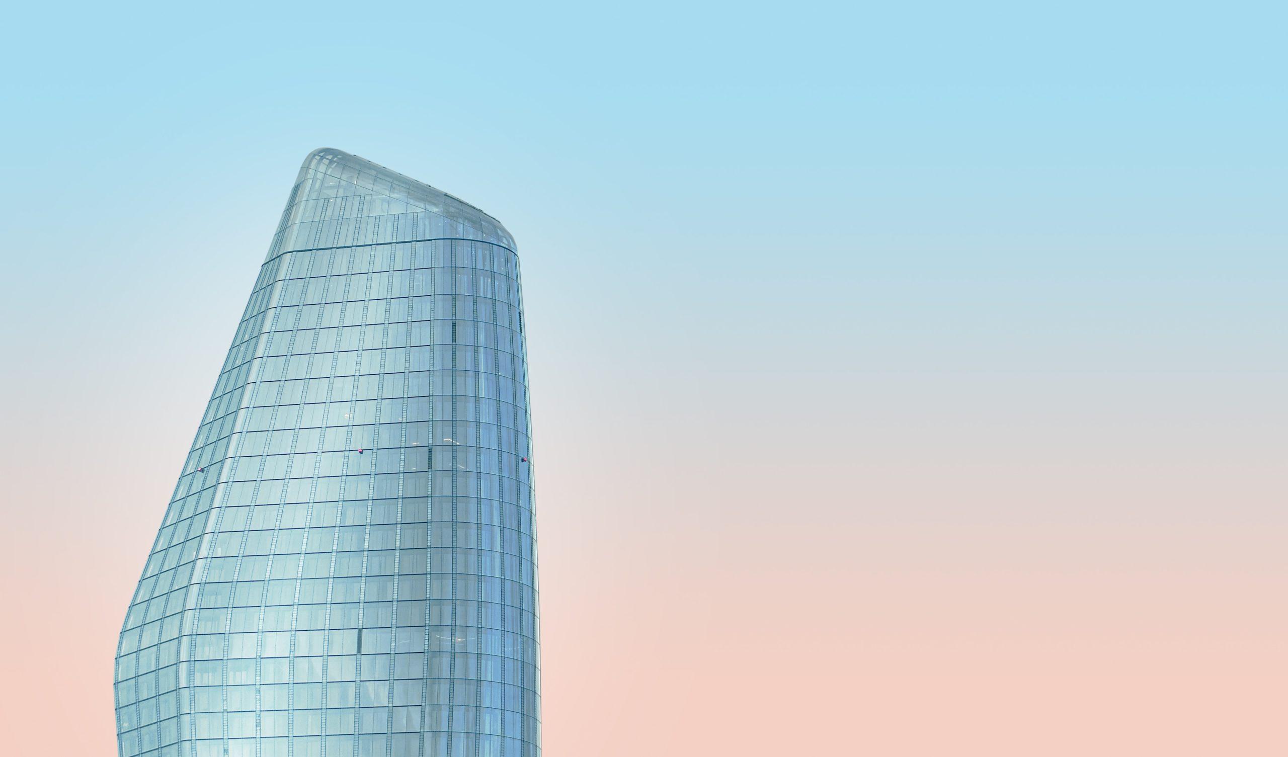 photo de mise au point peu profonde du bâtiment bleu